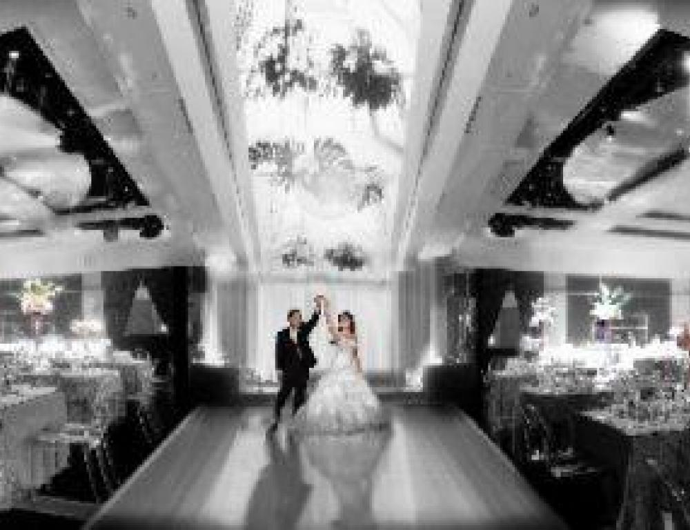 A décor that enhances the glamour of your reception, an ambiance that enchants y